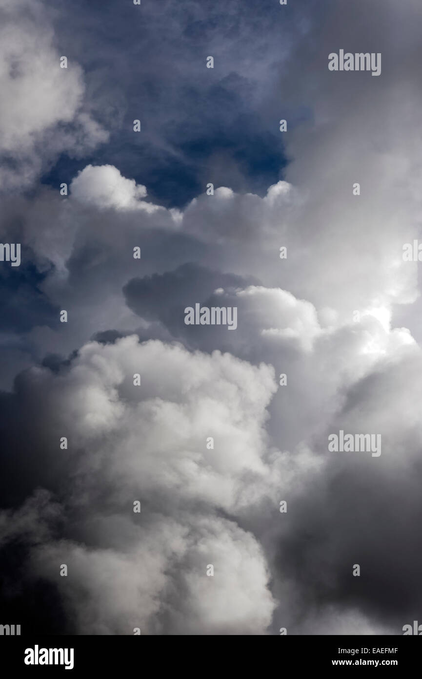 Bedrohlich schwarze Gewitterwolken Stockbild
