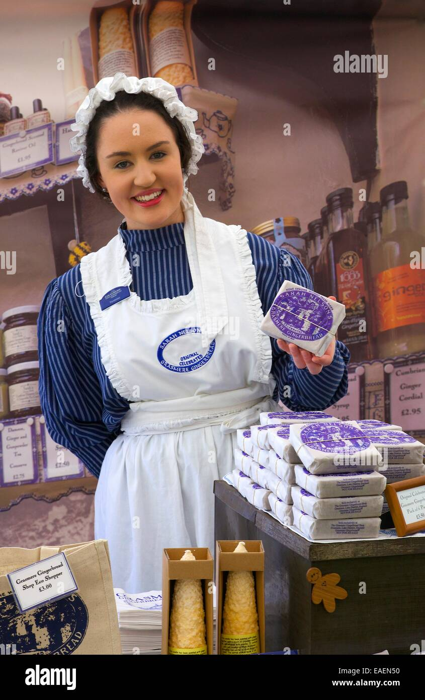 Frau in Tracht, Sarah Nelsons Grasmere Lebkuchen zu verkaufen. Stockbild