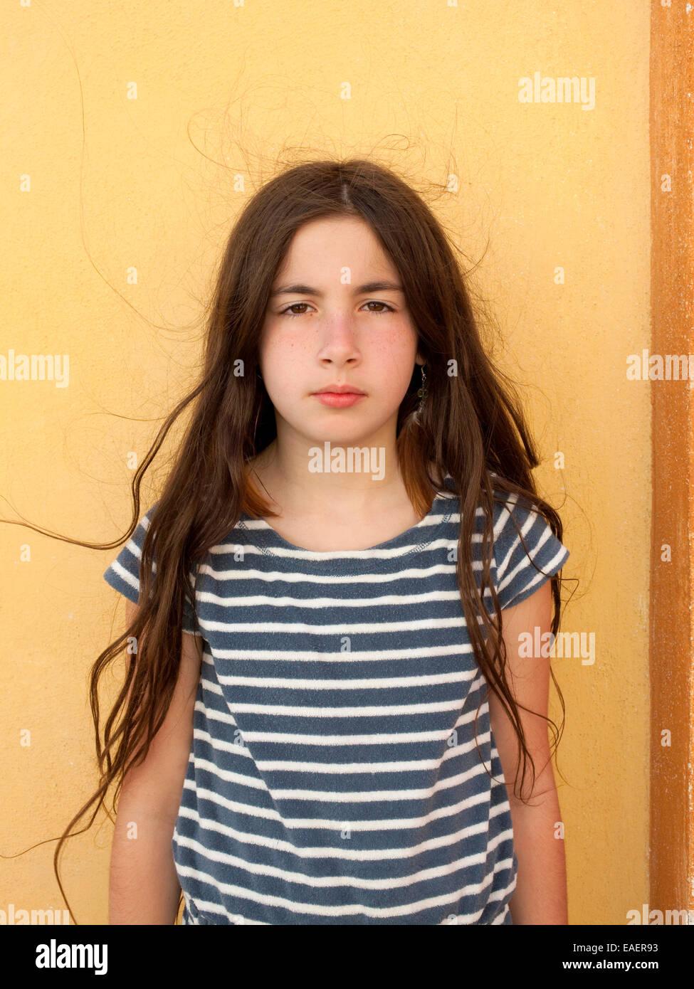 Junges Mädchen mit ernsten Ausdruck und krauses Haar Stockbild