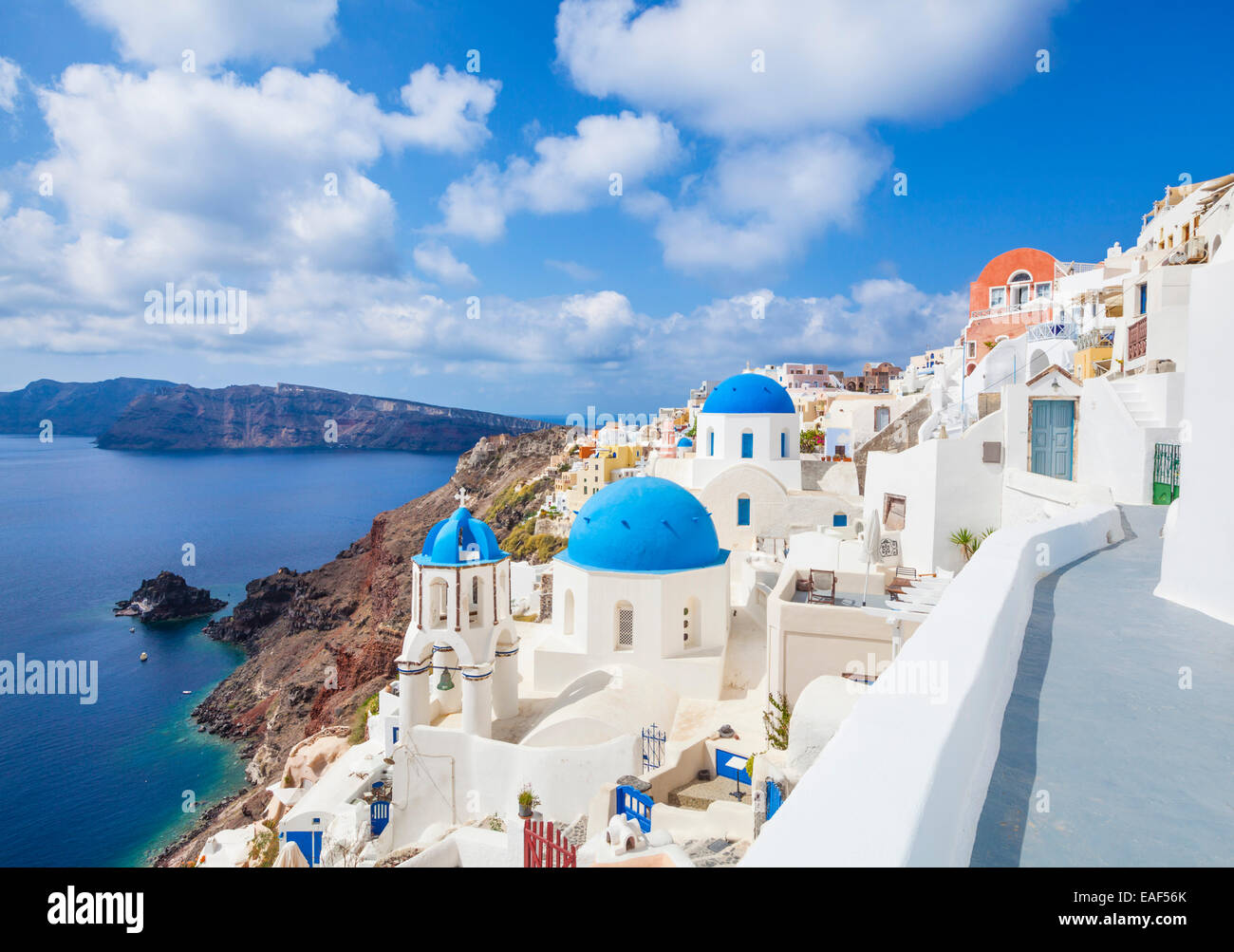 Weiße Häuser und blaue Kuppeln im Dorf Oia, Santorini, Thira, Kykladen, griechische Inseln, Griechenland, Stockbild