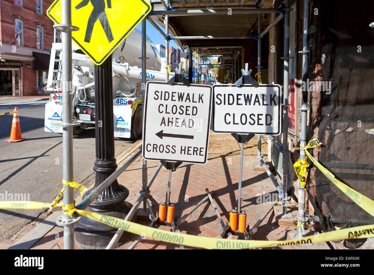 Bürgersteig geschlossen Schild auf Baustelle - USA Stockbild