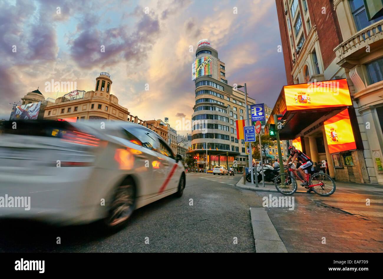 Verkehr und leuchtende Schilder am Gran Via Straße an der Kreuzung mit quadratischen Callao. Madrid. Spanien Stockbild