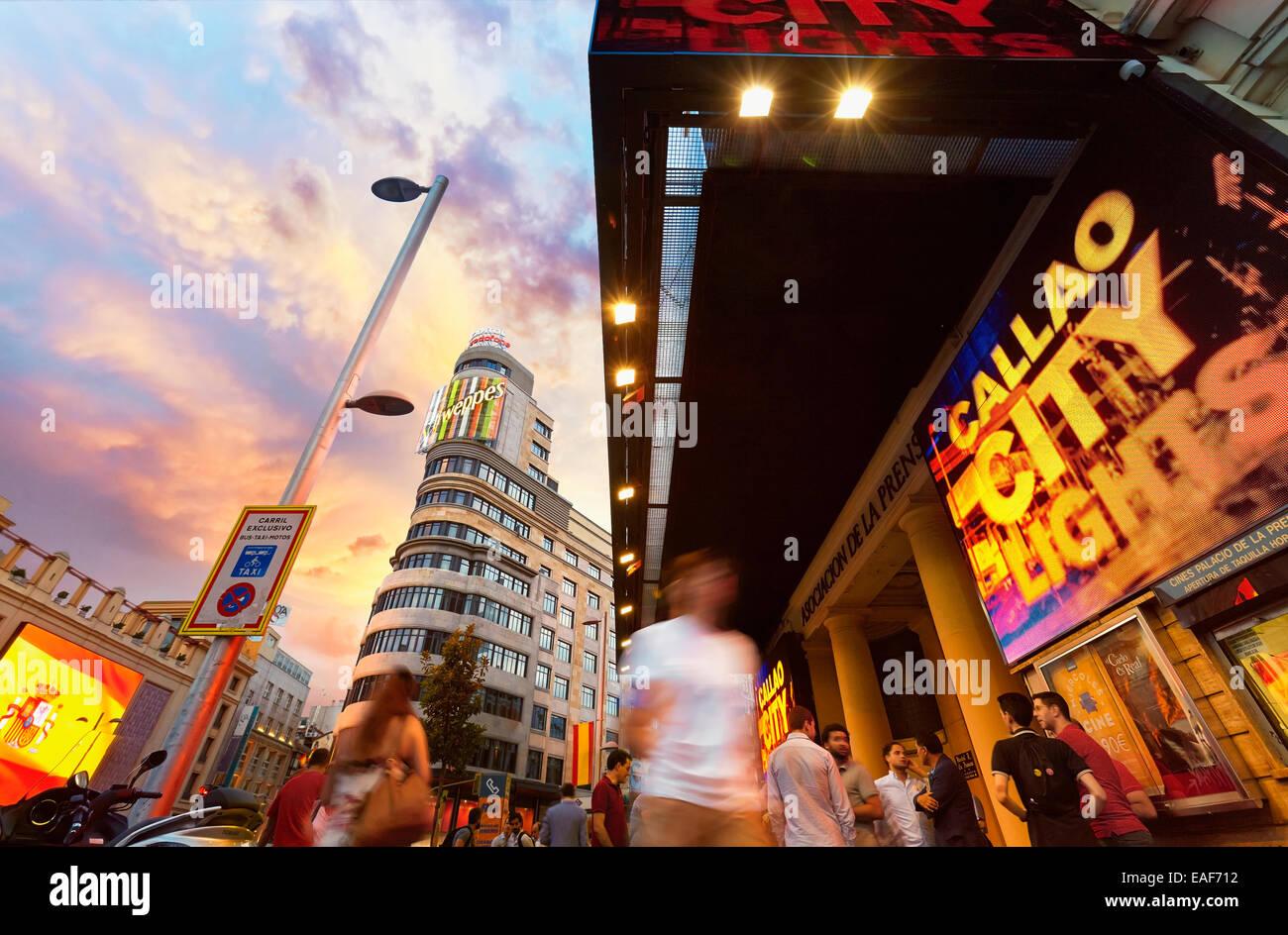 Leuchtende Zeichen Gran Via Straße an der Kreuzung mit quadratischen Callao. Madrid. Spanien Stockbild