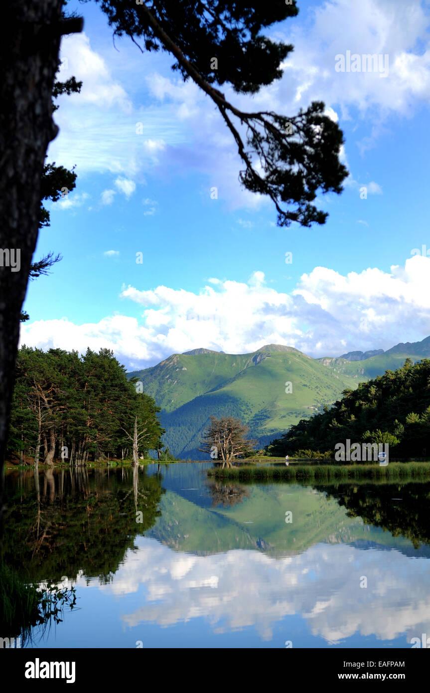 Paisaje Con Lago de Los Pirineos, Valle de Aran, Gerona, España Stockbild
