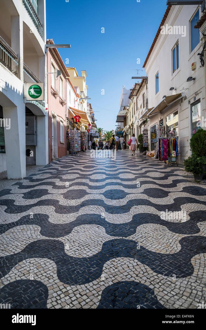 Fußgängerzone mit Geschäften und Restaurants für Touristen, Cascais, Lissabon, Portugal Stockbild