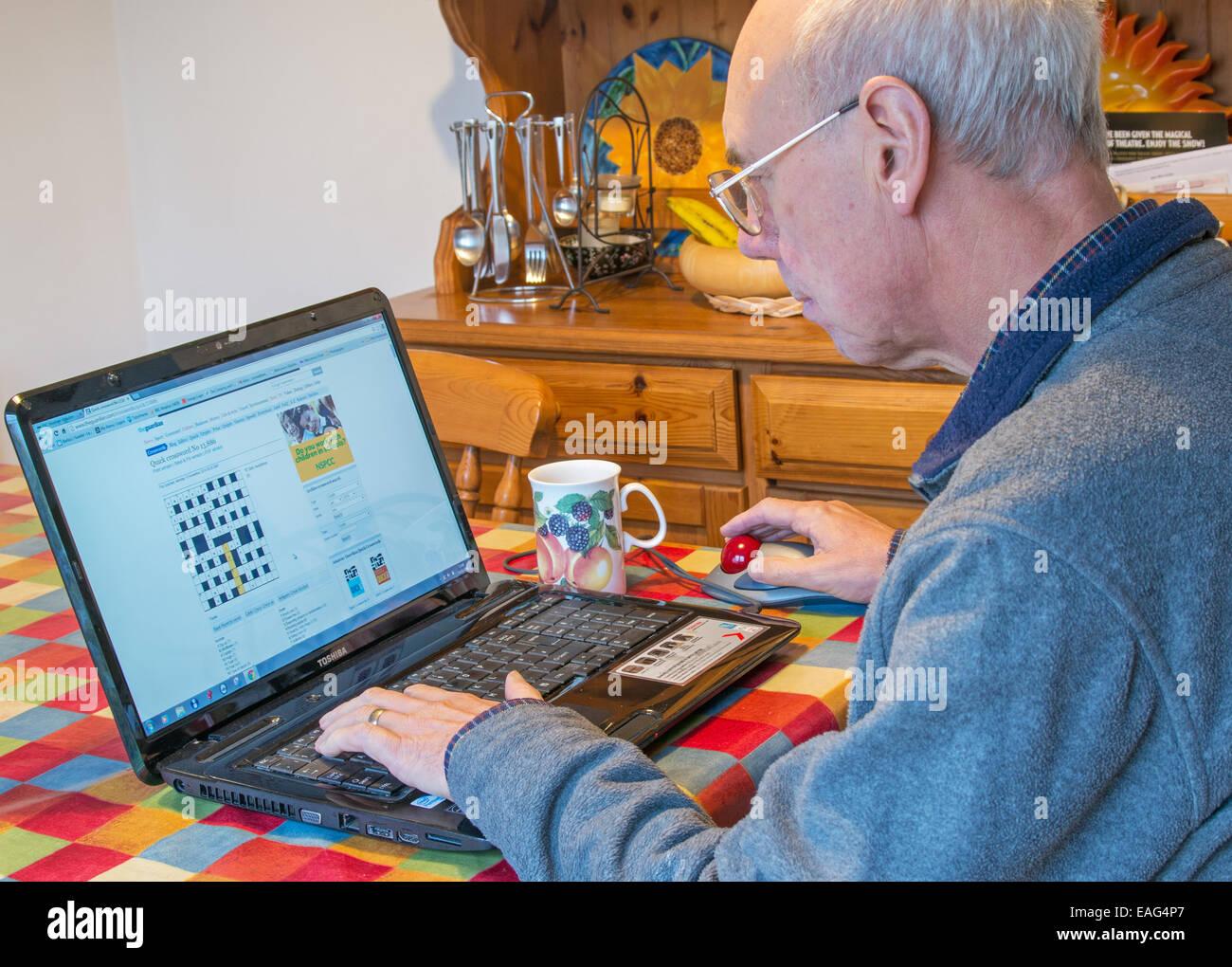 pensionierter mann l sen ein kreuzwortr tsel mit einem. Black Bedroom Furniture Sets. Home Design Ideas