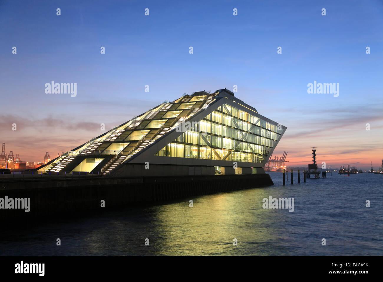 Das moderne Bürogebäude DOCKLAND am Fluss Elbe, Hamburg, Deutschland, Europa Stockbild