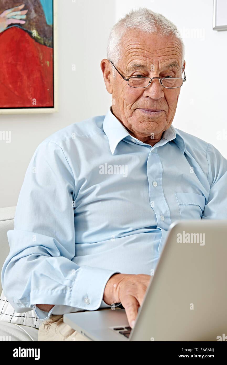 Senior mit einem laptop Stockbild