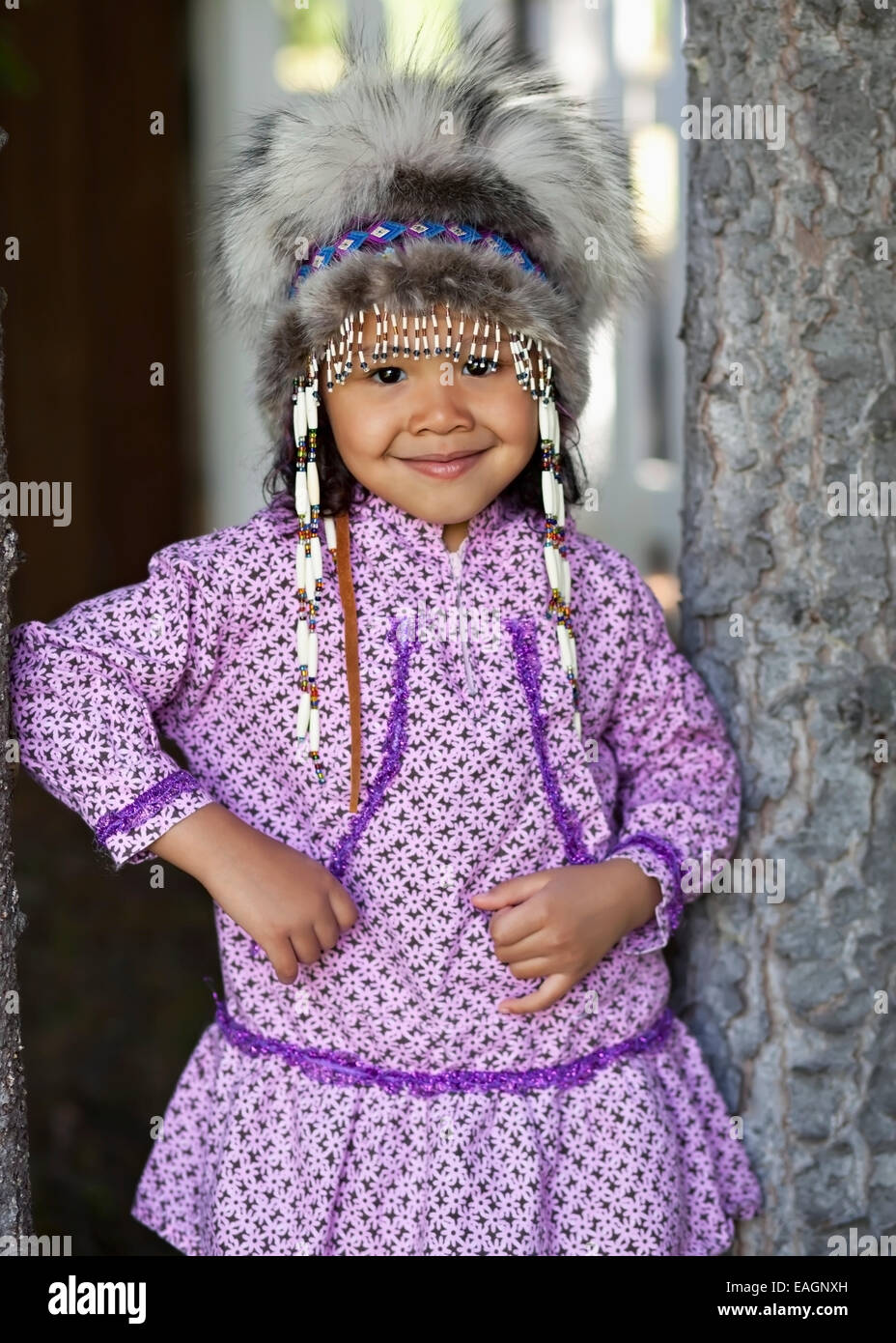 Eskimo Mädchen trägt ein Alaska Native Kopfschmuck und Kuspuk In ...