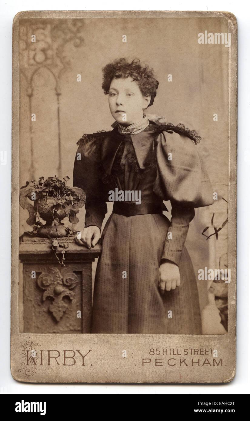 Viktorianische Carte De Visite Portrat Einer Jungen Frau Aufgenommen Im Studio Von T C Kirby London UK Ca 1885