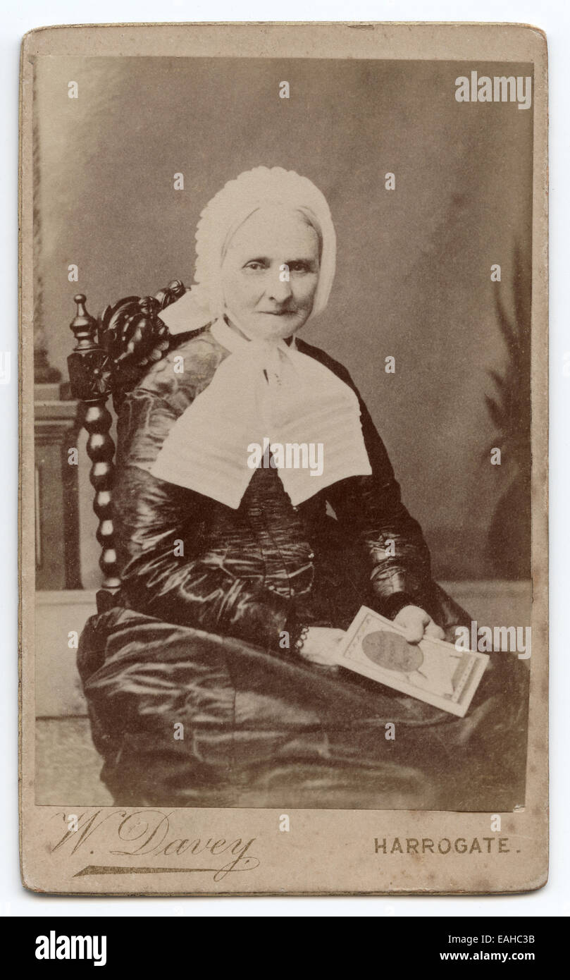 Viktorianische Carte De Visite Portrait Einer Alteren Frau Aufgenommen Im Studio Von W Davey Harrogate UK Ca 1888