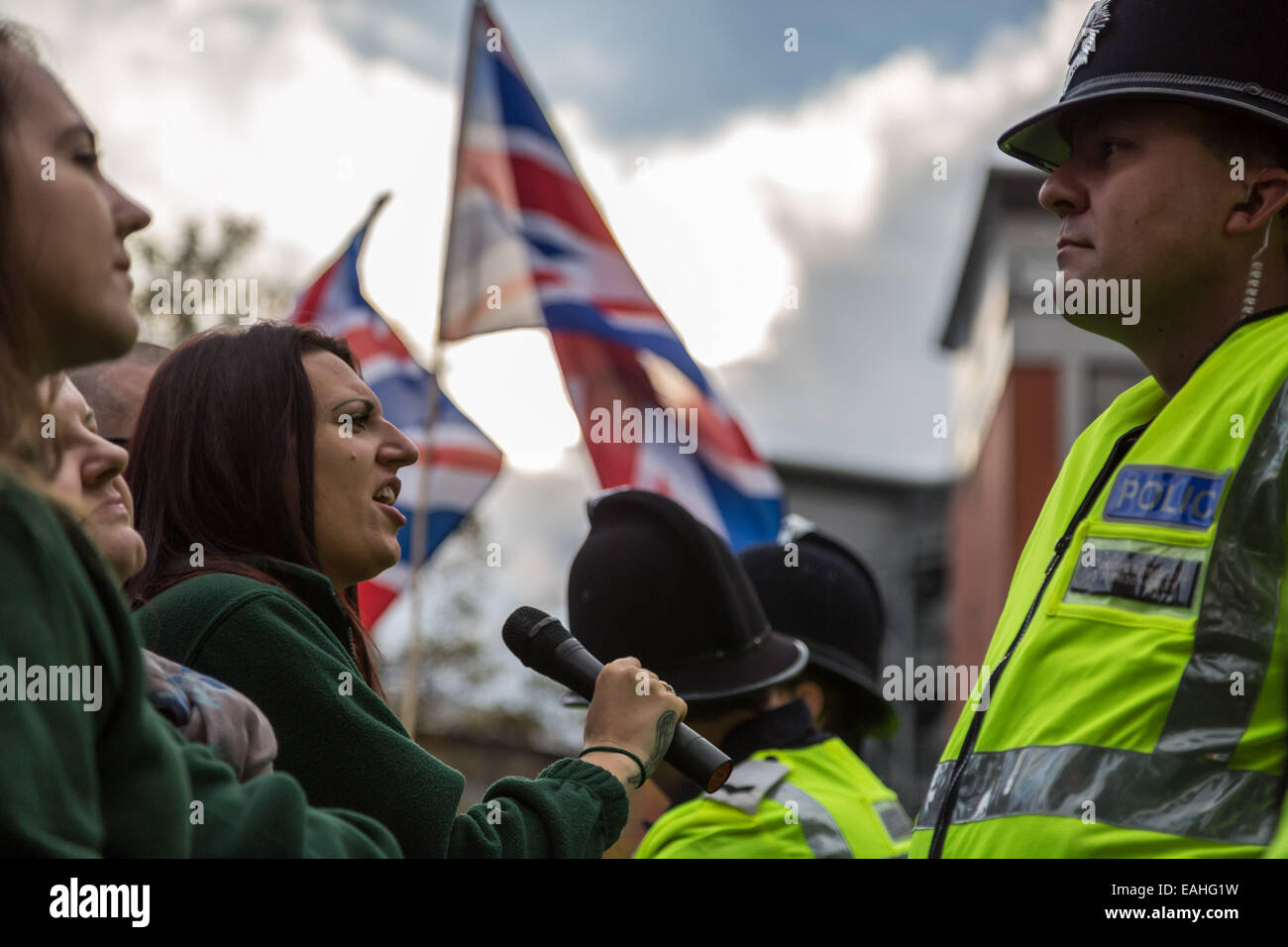 Rochester, Großbritannien. 15. November 2014.  Großbritanniens erste Unterstützer Zusammenstoß mit Antifaschisten Stockfoto
