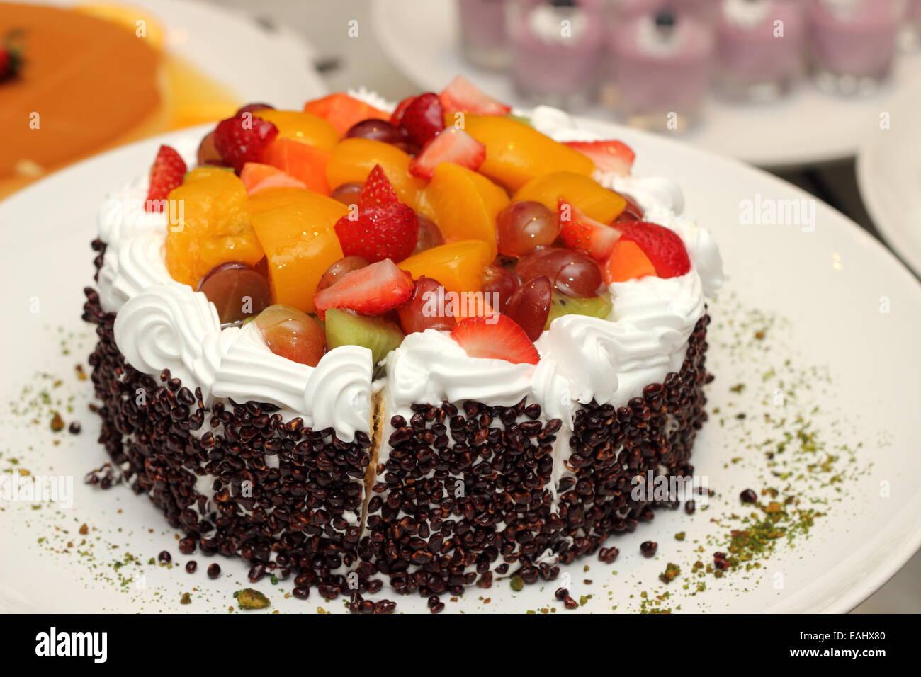 Frisches Obst Pudding Kuchen Mit Creme Auf Weiss Stockfoto Bild