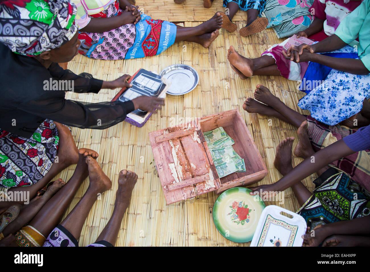Frauen nehmen an einem Dorf Savings and Loan treffen in Namasalima Dorf, Mulanje Bezirk, Malawi. Stockbild