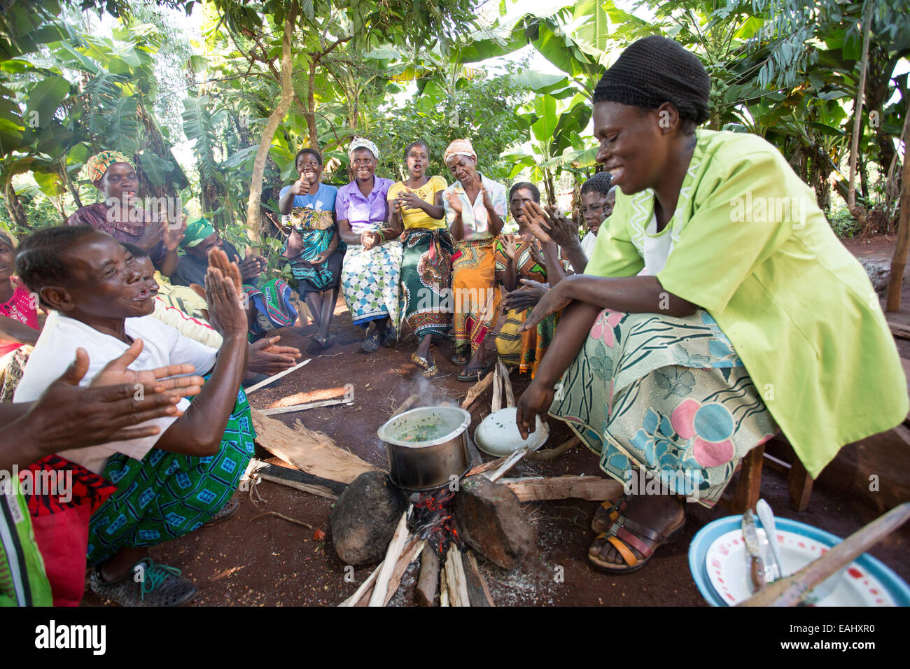 Dorfbewohner besuchen eine Kochen und Ernährung Demonstration in Mulanje Bezirk, Malawi. Stockbild