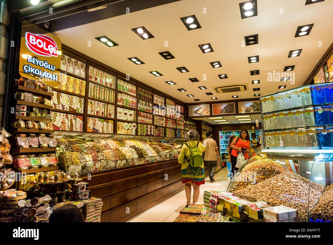 Ein wenig spät in die Nacht einkaufen bei einer Turkish Delight-Shop am 28. Juli 2014 in Istanbul, Türkei. Stockbild