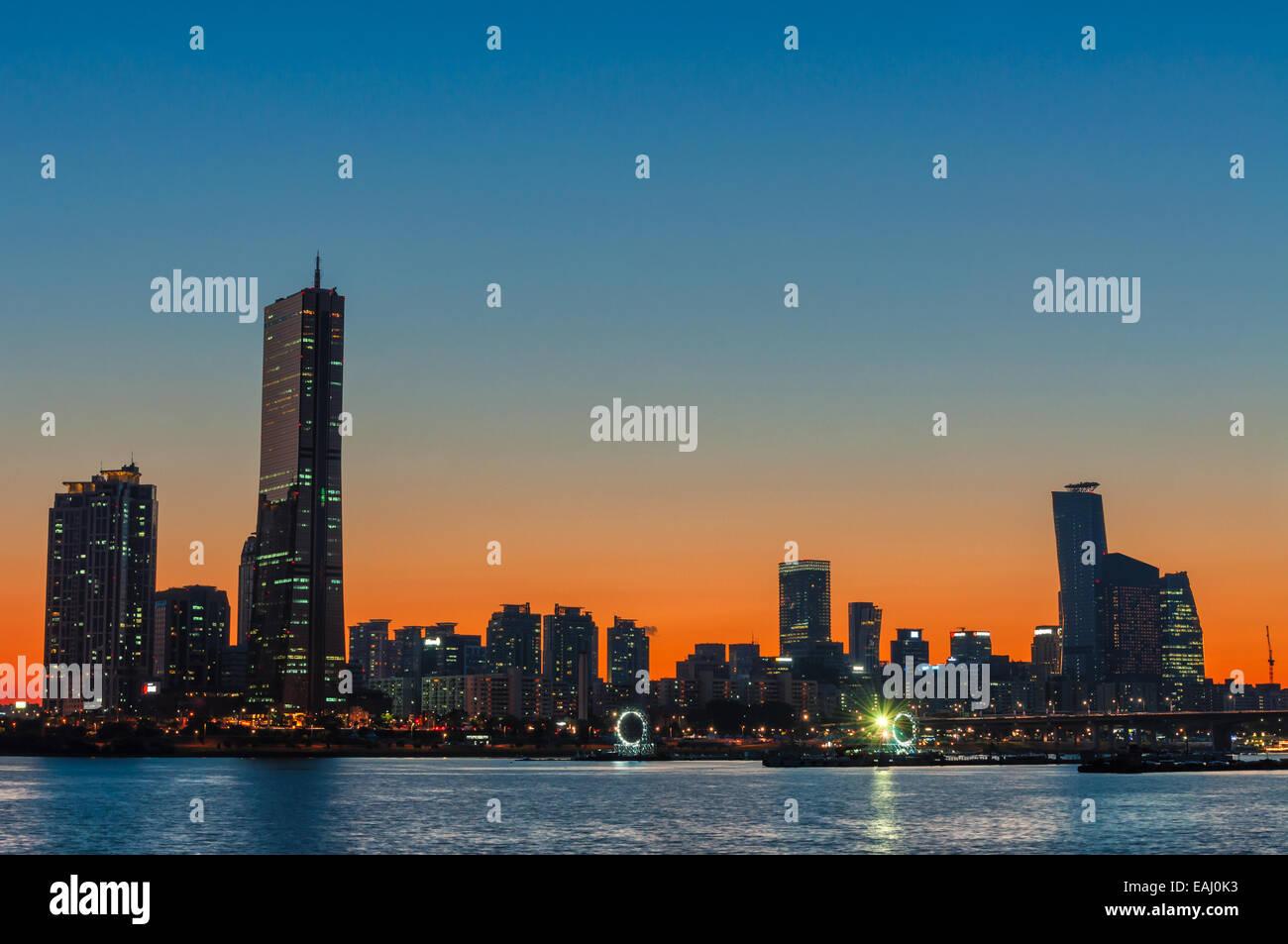 Die Sonne geht hinter den Wolkenkratzern von Seoul, Südkorea. Stockbild