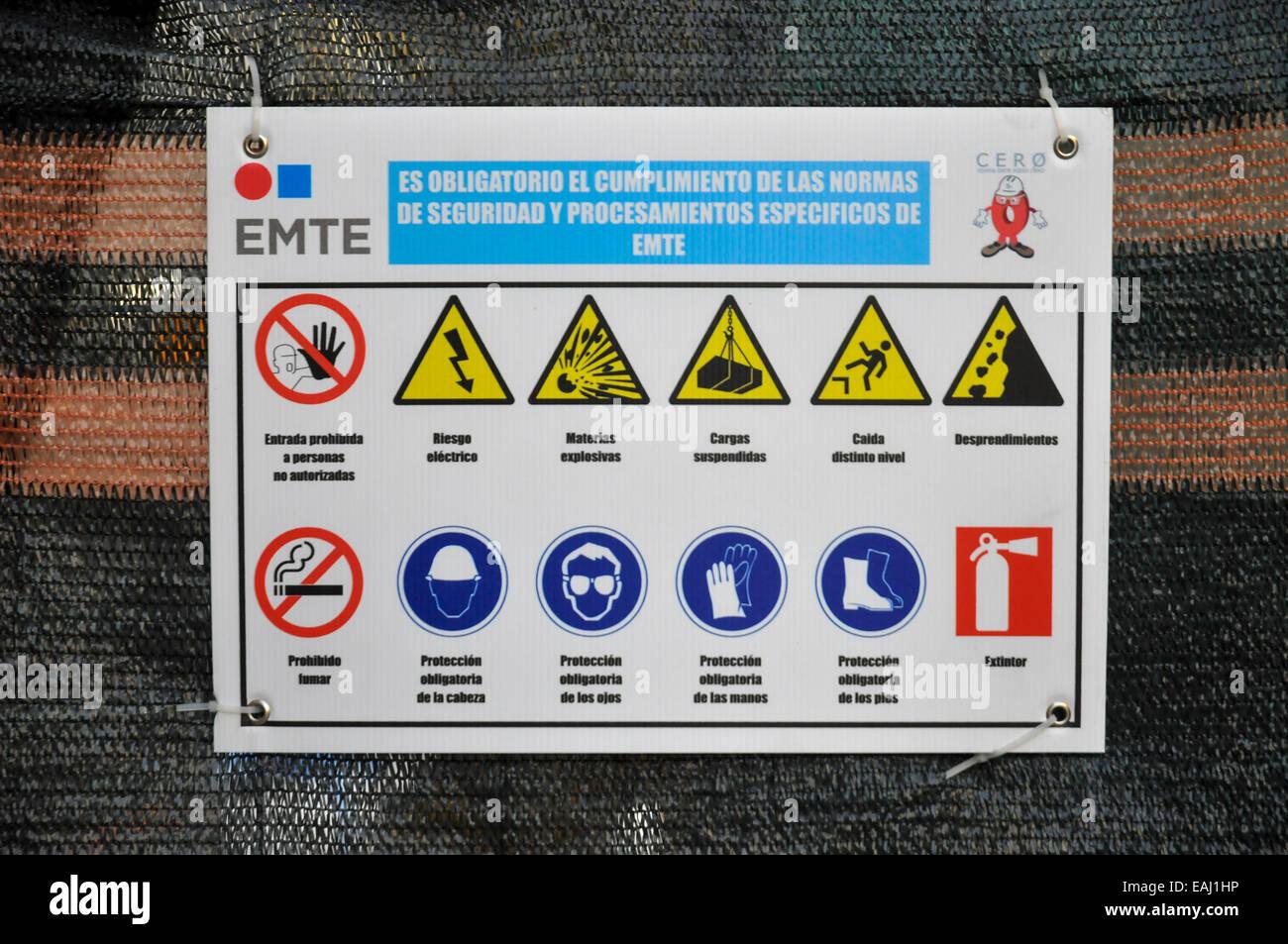 Gefährliche materielle Warnzeichen. Fotografiert in Barcelona, Spanien Stockfoto