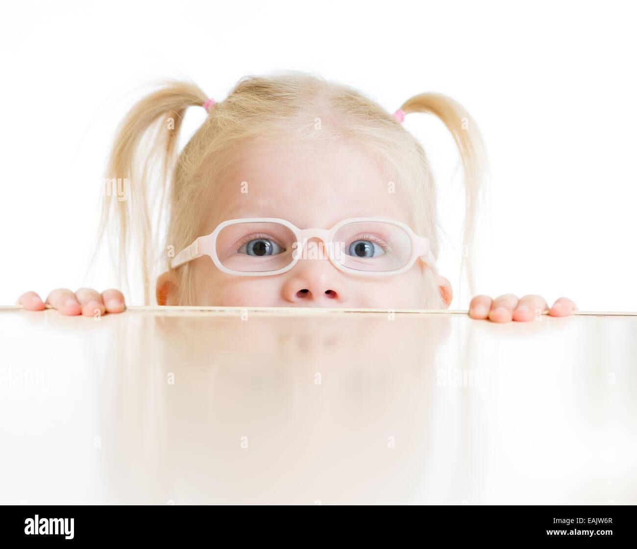 Verängstigte Kind oder Kind in Brille spielen isoliert Stockfoto