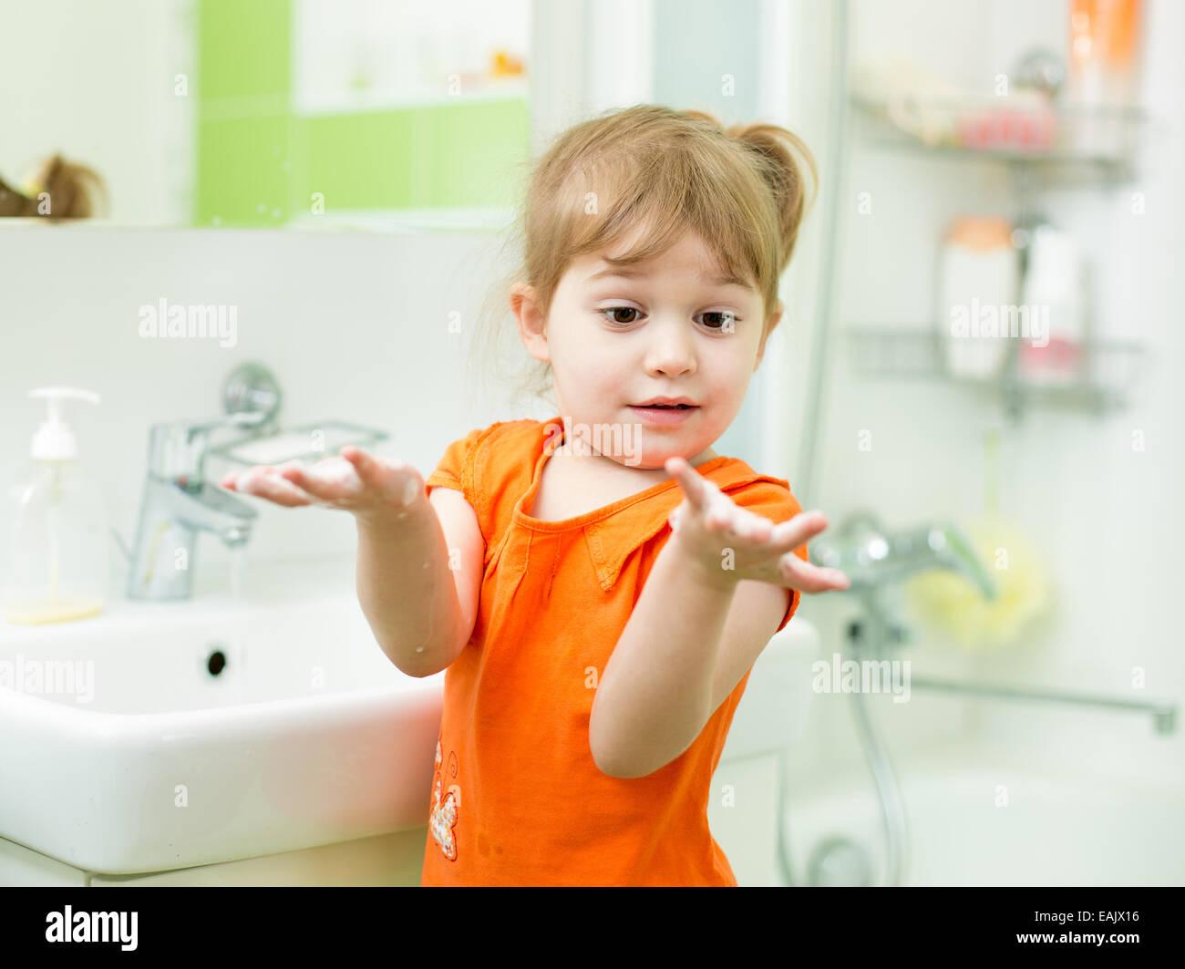 Lustige kleine Mädchen Händewaschen im Badezimmer Stockfoto, Bild ...