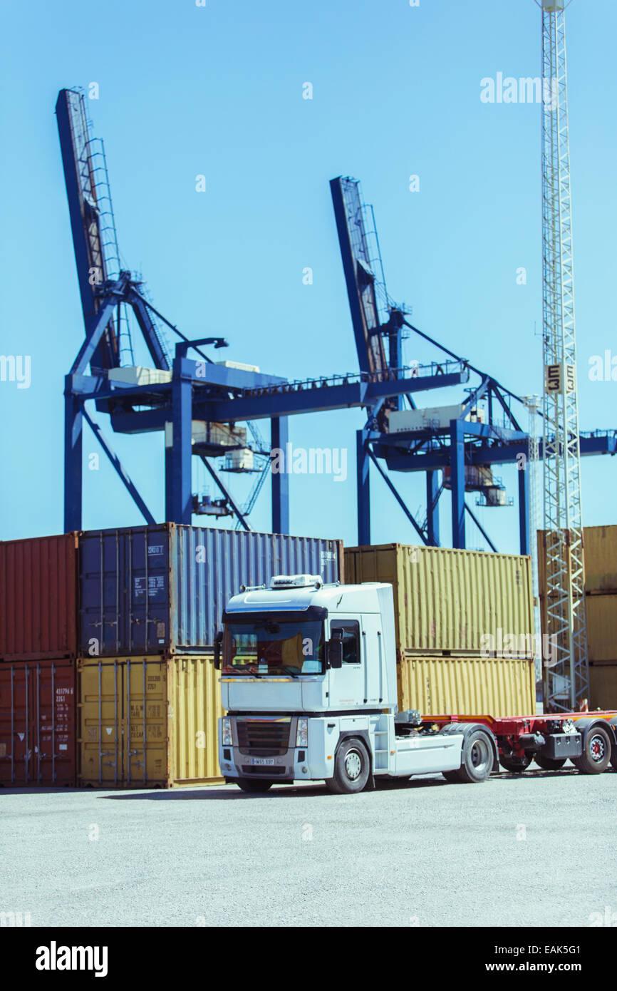 Krane über Luftfracht-Container und LKW Stockbild