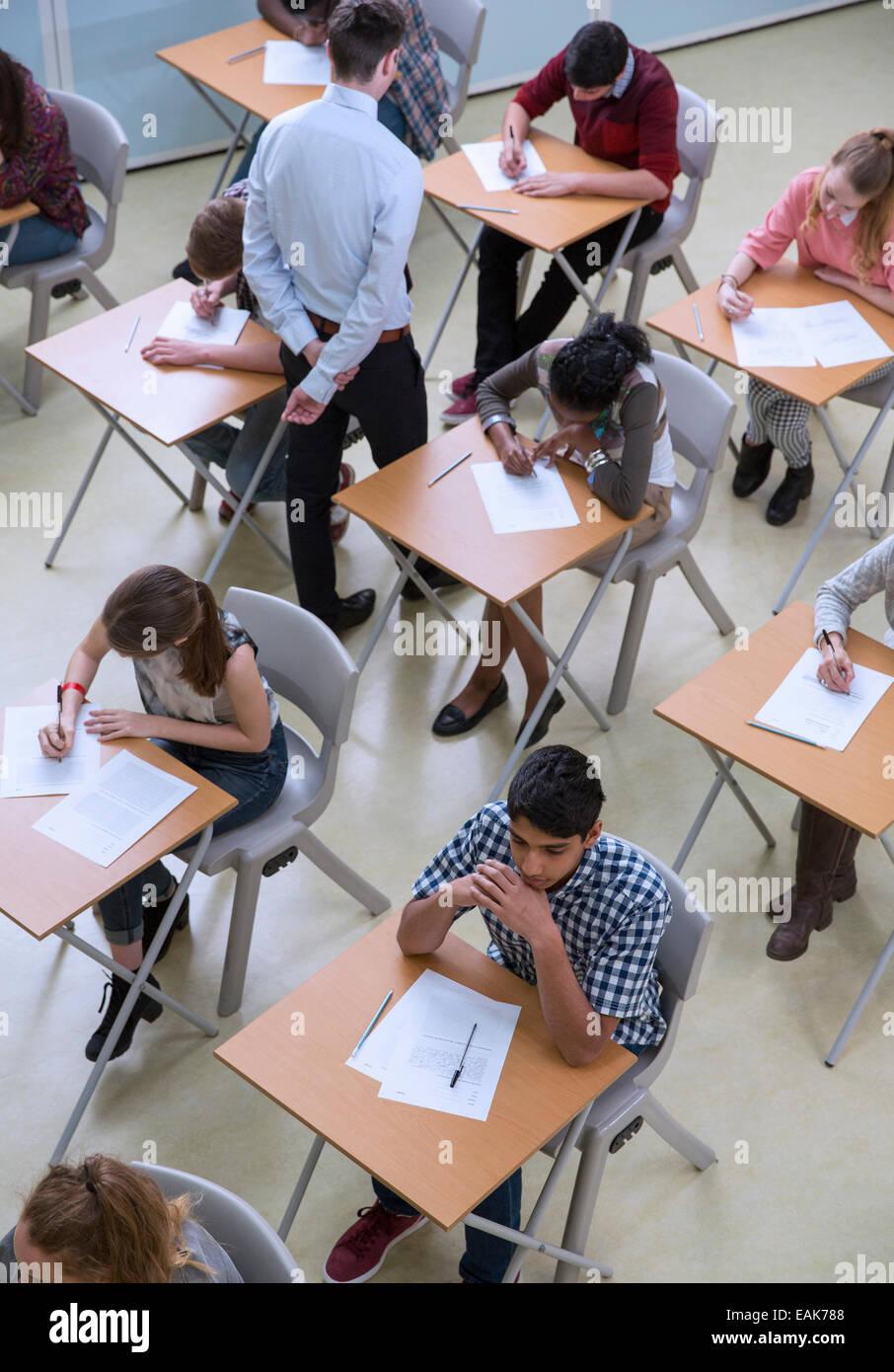 Erhöhten Blick auf Schüler schreiben ihre GCSE Prüfung Stockbild