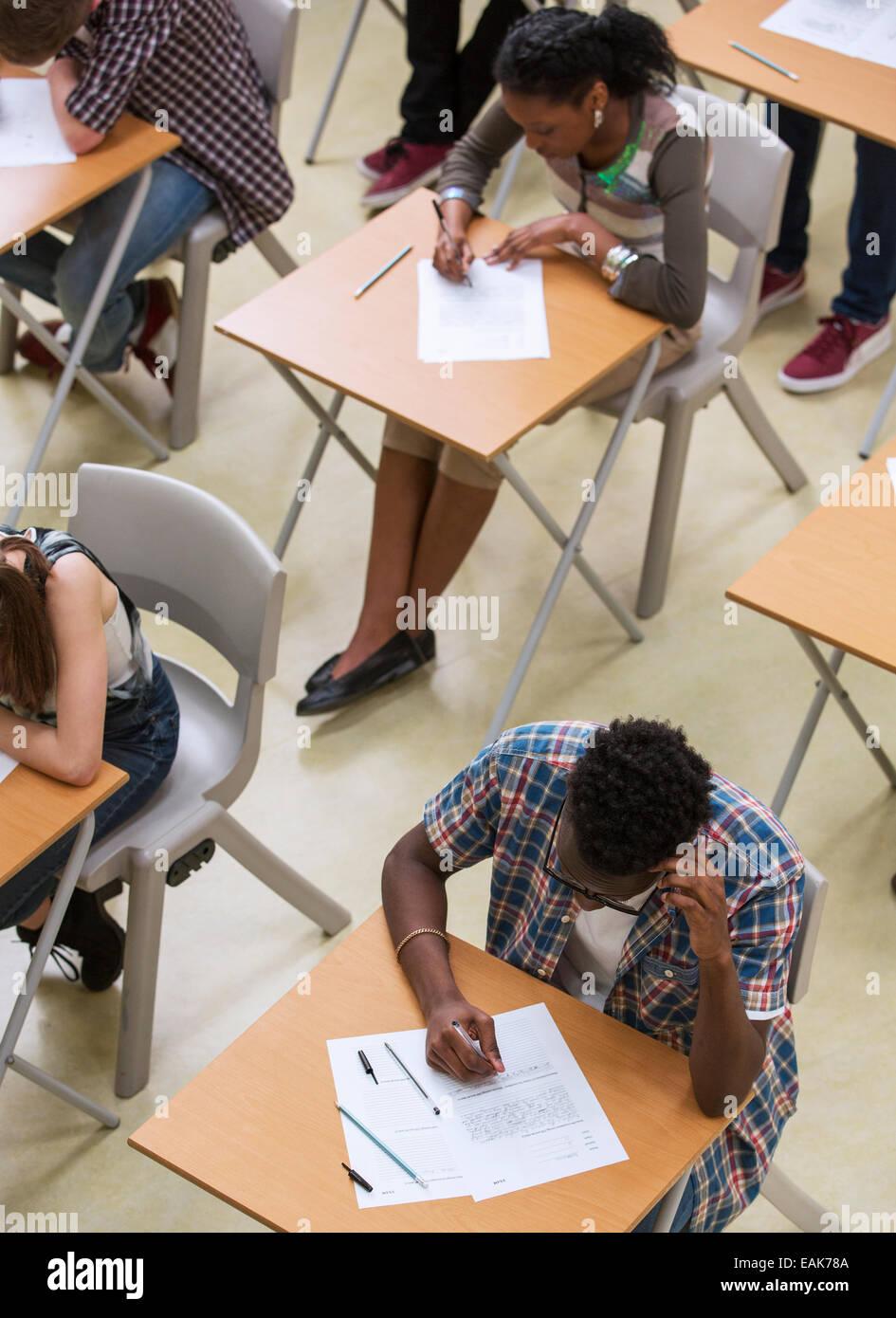Erhöhten Blick auf Schüler schreiben ihre GCSE Prüfung im Klassenzimmer Stockbild