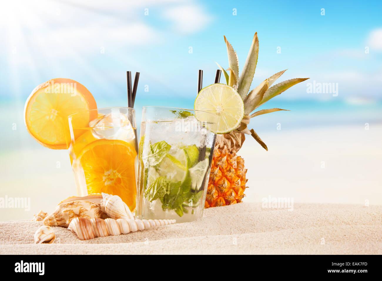 Exotischen Sommer Getränke im Sand. Strand als Hintergrund Unschärfe ...