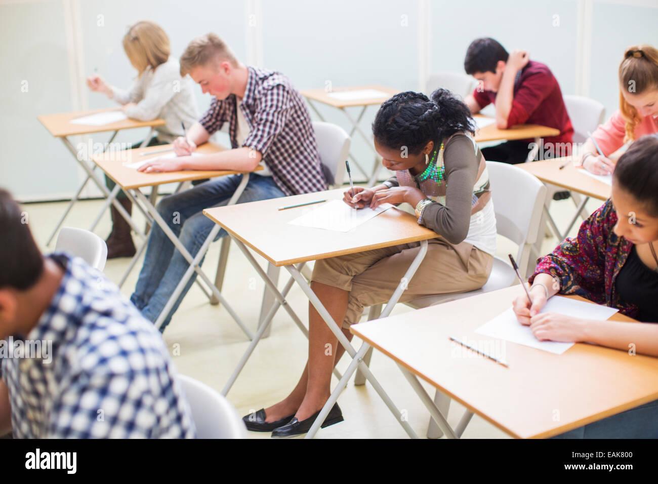 Studenten schreiben ihre GCSE Prüfung im Klassenzimmer Stockfoto ...