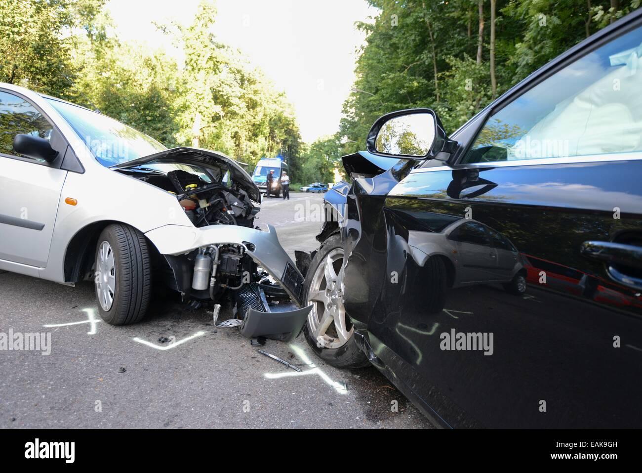Szene von Unfall, frontalen Zusammenstoß zwischen einem Audi und ...