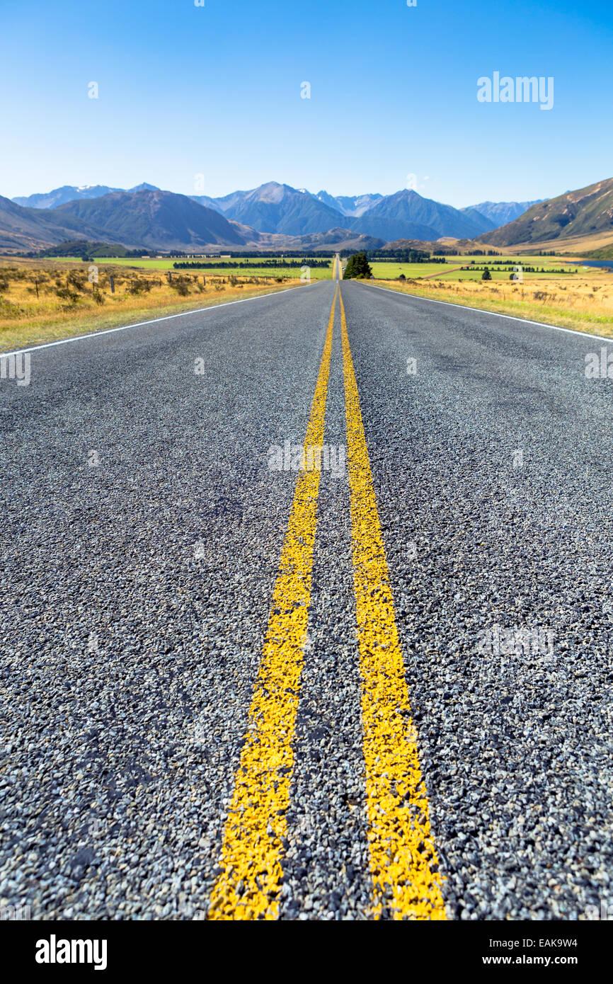 Die langen geraden West Coast Road 73, Mt. Horrible, 1234m, auf der Rückseite, Region Canterbury, Neuseeland Stockbild