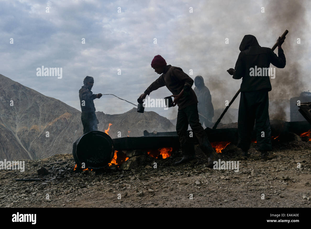 Straßenbauarbeiten, getan unter sehr ungesunden Bedingungen für die Arbeiter, Gästehaus, Ladakh, Stockbild