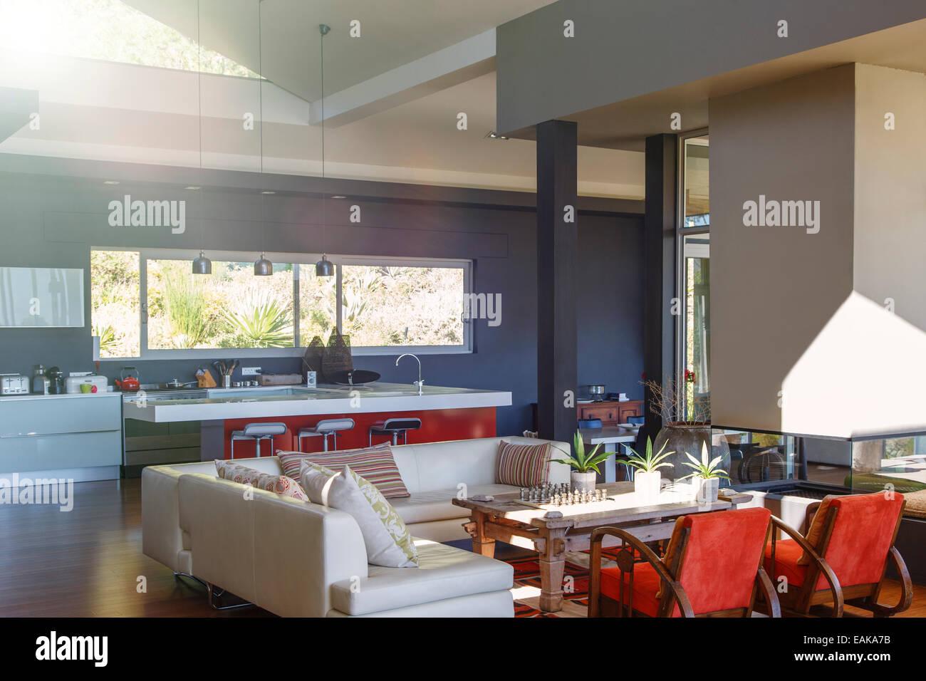 Modernes Haus Interieur mit Wohnzimmer mit Küche geeignet Stockfoto ...