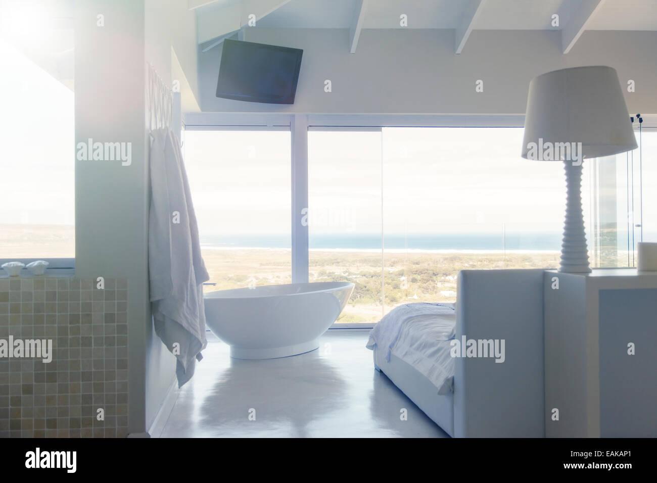 Moderne weiße Schlafzimmer Innenraum mit großer Badewanne Bett ...