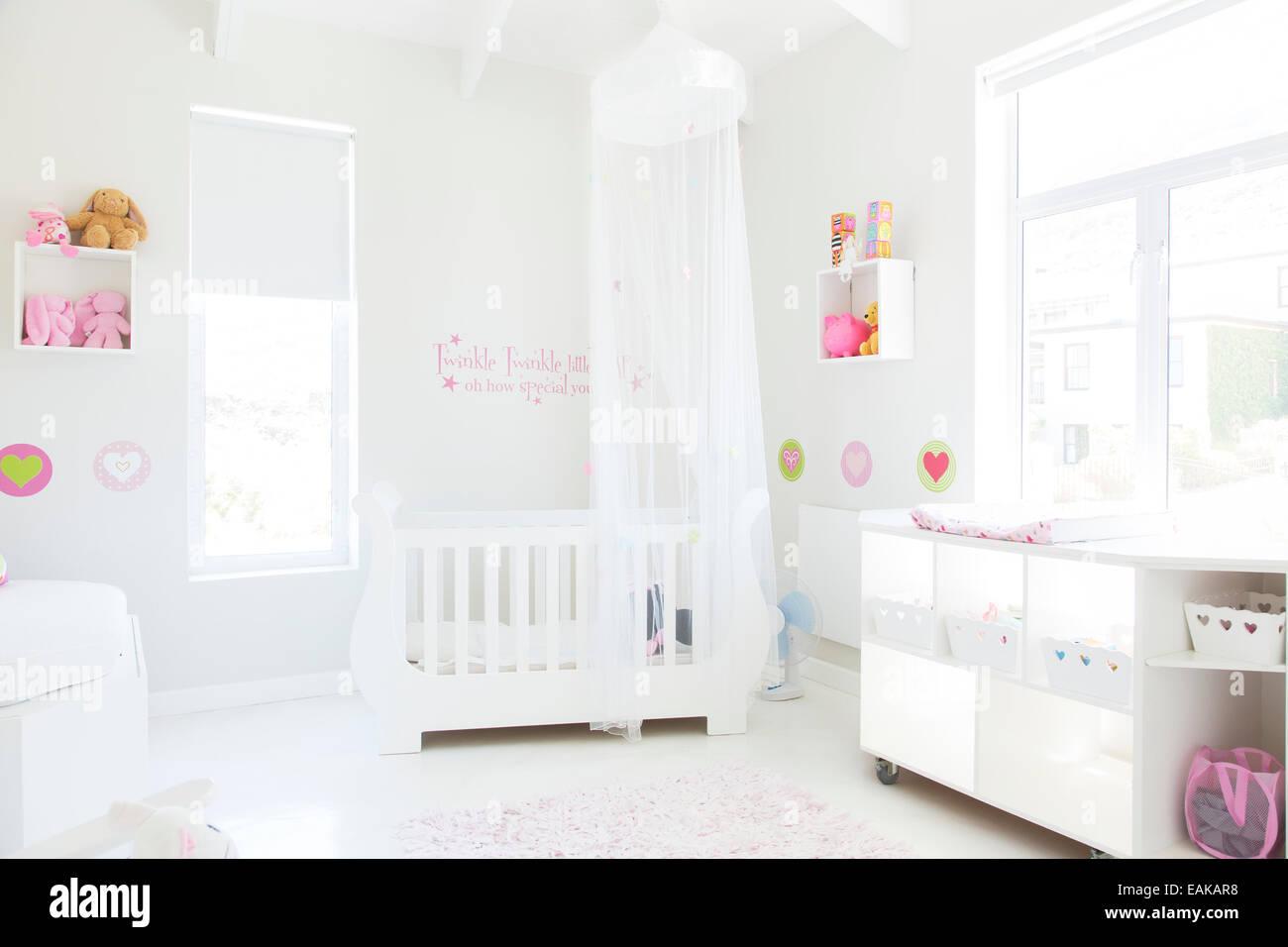 Krippe Mit Tull Baldachin In Pastell Farbigen Babyzimmer Weiss
