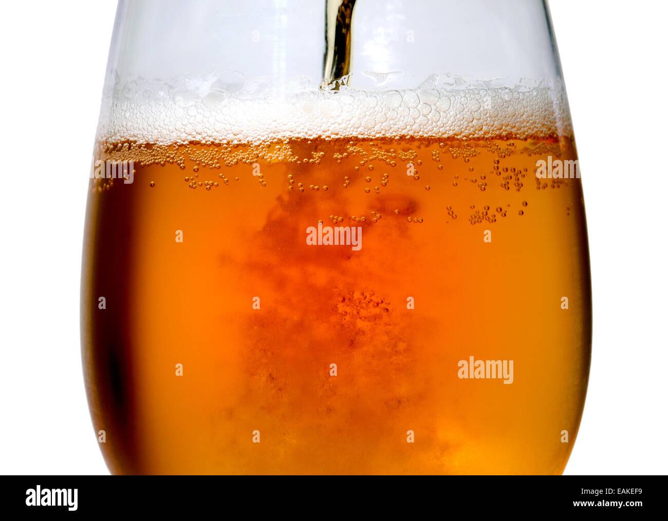 Bier wird in ein großes Glas gegossen Stockbild