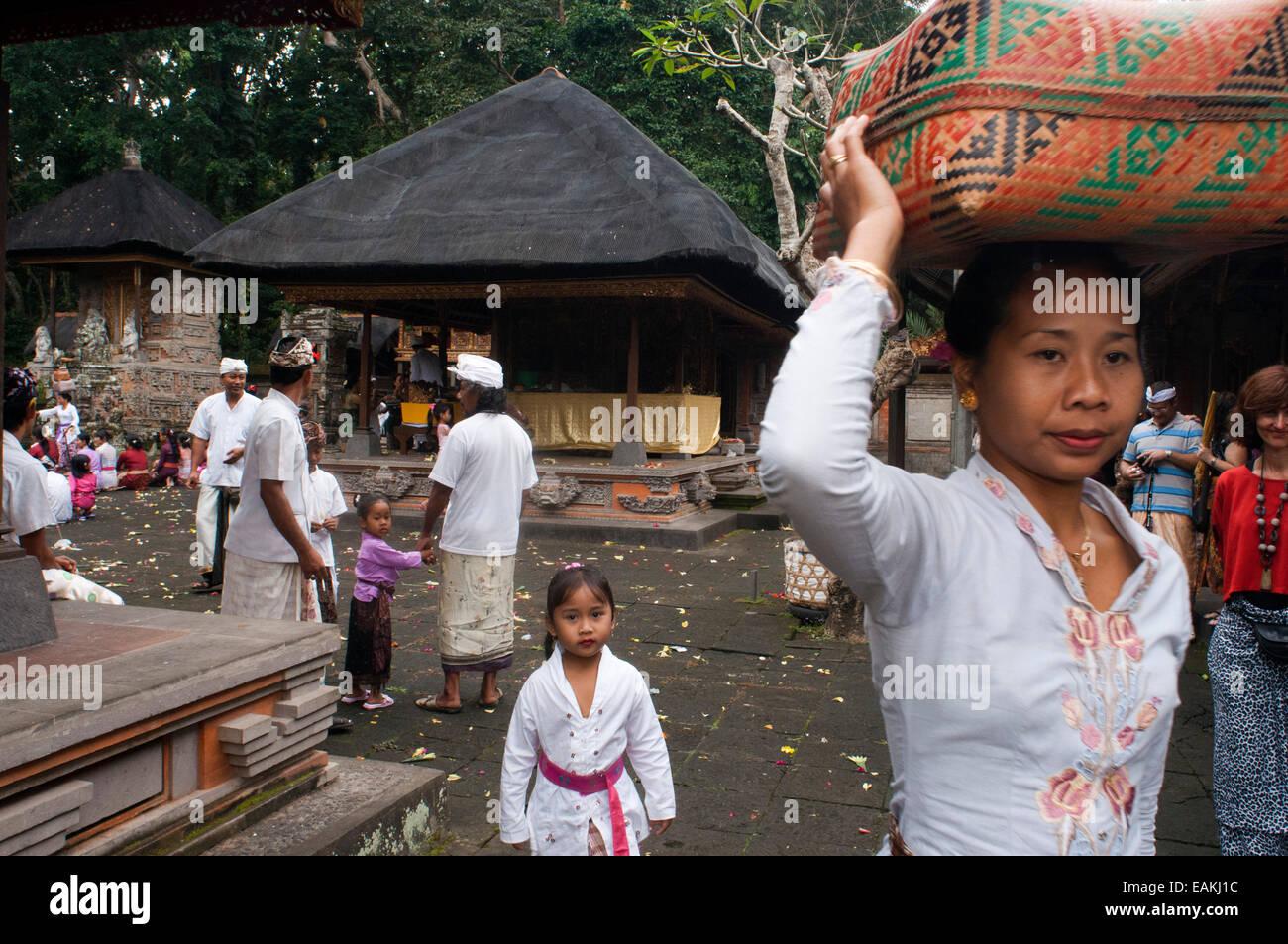 Eine balinesische Familie betet zu PURA TIRTA EMPUL ein Hindu-Tempel Komplex und kalten Quellen - TAMPAKSIRING, Stockbild