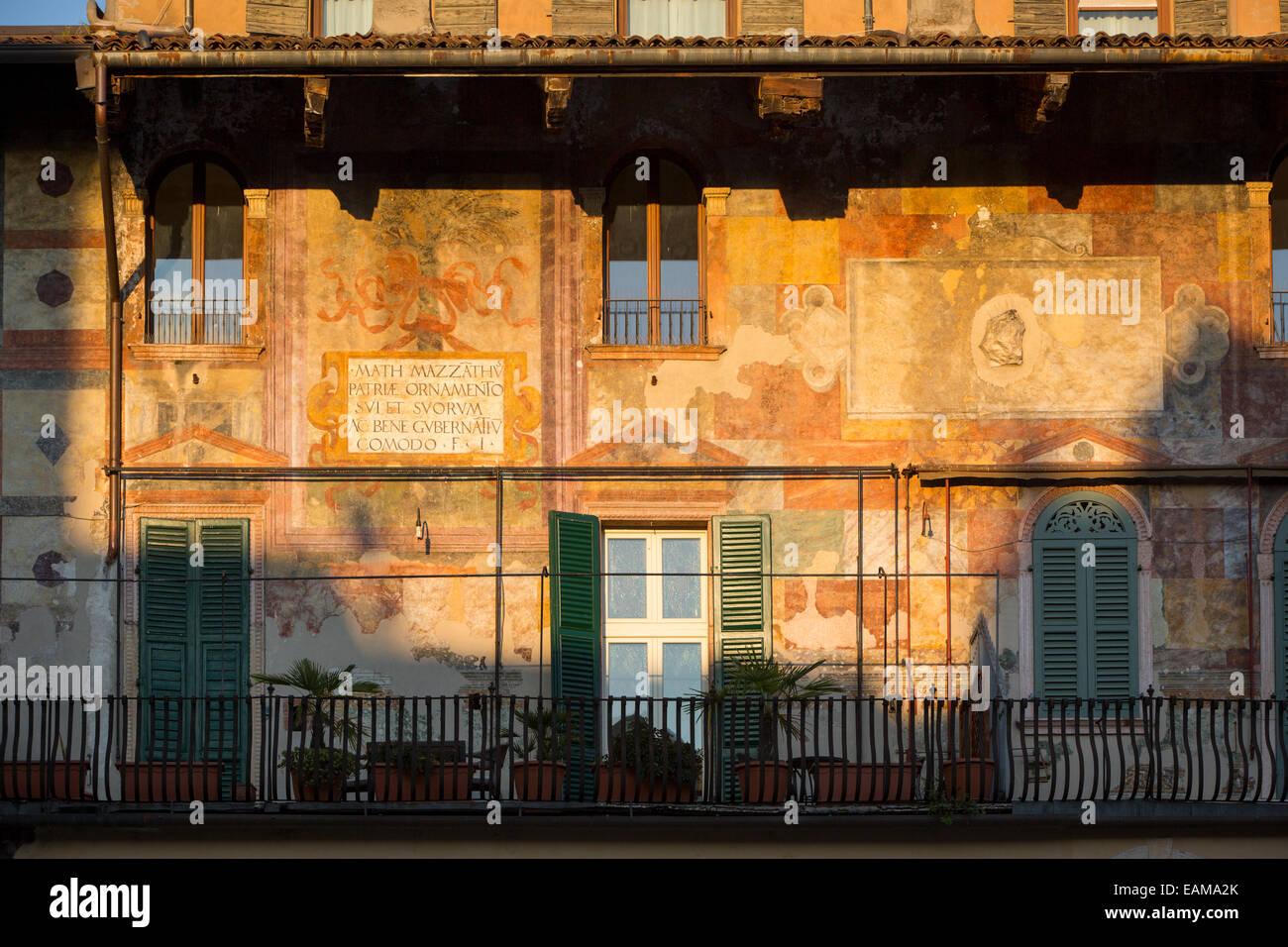 Festlegen von Sonnenlicht auf die historischen Gebäude rund um die Piazza Delle Erbe, Verona, Veneto, Italien Stockbild
