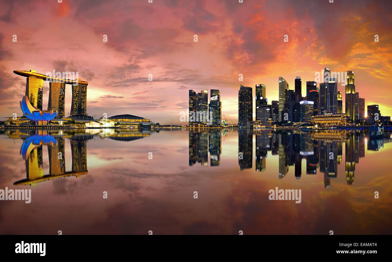 Singapur Skyline bei Sonnenuntergang Stockbild