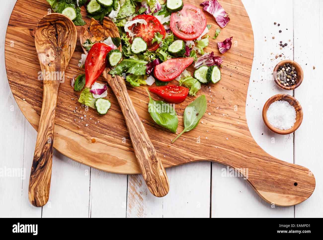 Zutaten von Salat aus frischem Gemüse auf Oliven Holz Schneidebrett Stockbild