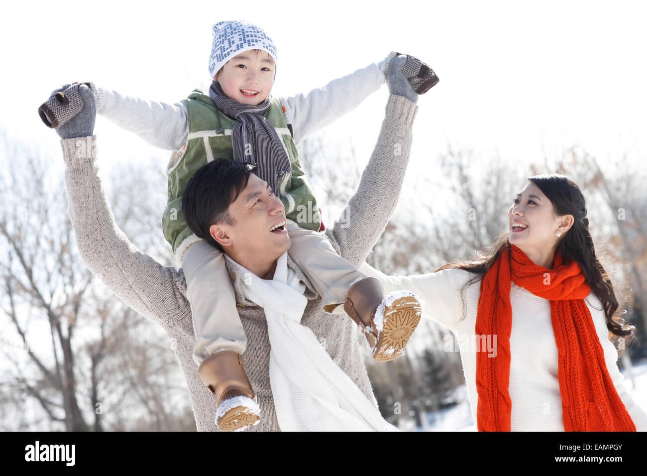 Ein-Kind-Familien spielen im freien Stockbild
