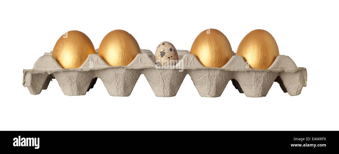 Wachtelei in der Mitte ein Tablett mit goldenen Eiern isoliert auf weißem Hintergrund Stockbild