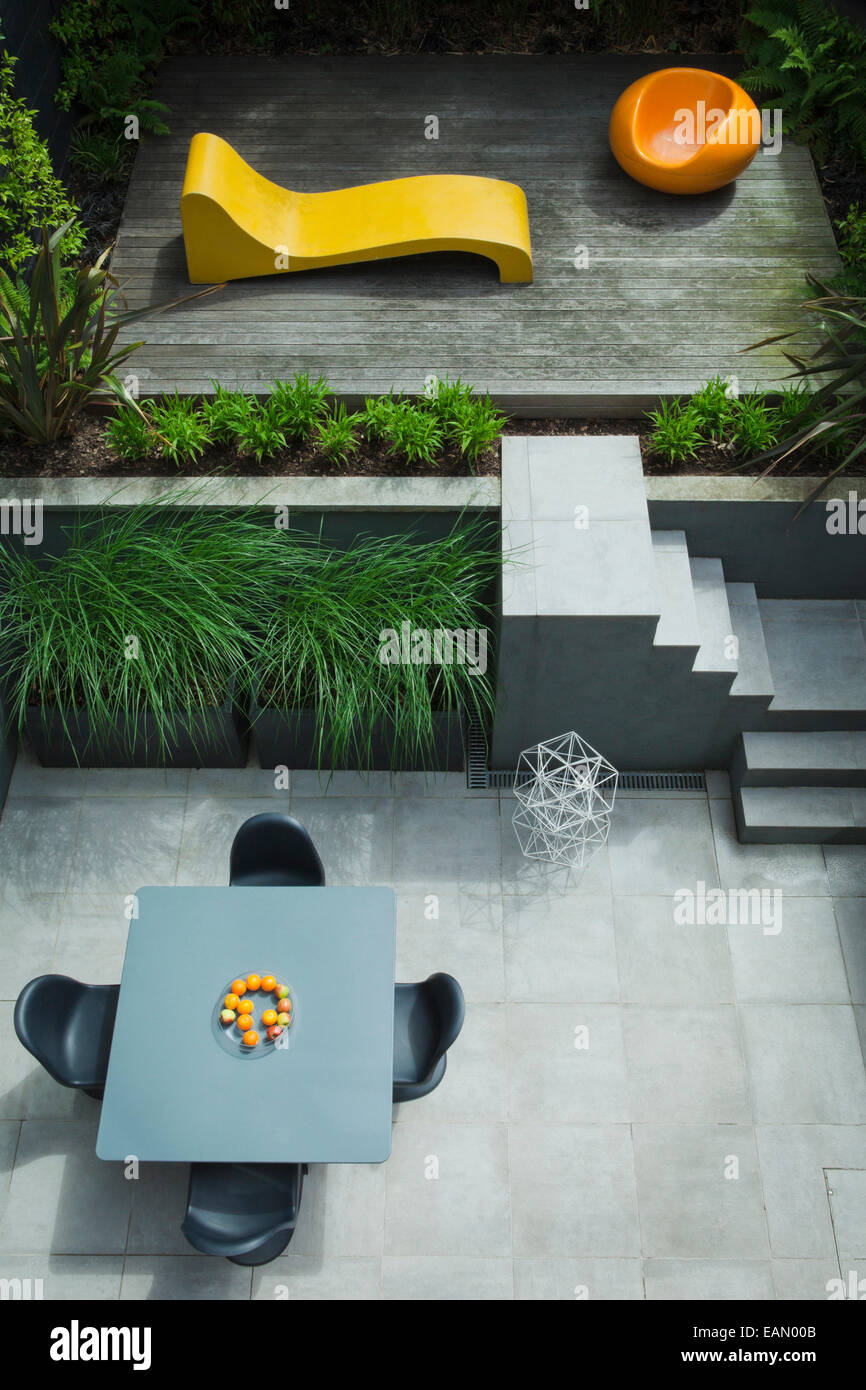 Moderner Garten mit Rasen in pulverbeschichtetem Stahl verzinkt mit Anthrazit beenden, horizontalen Bett mit Phormium Tenax und niedrig wachsende Stauden, Highgate, London Stockfoto