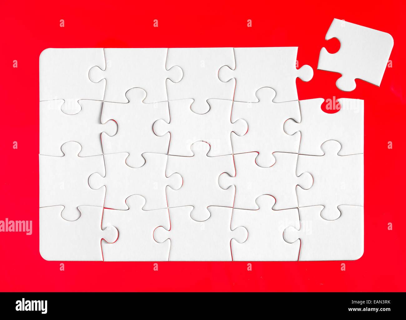 Puzzleteile mit einem roten Hintergrund Stockbild