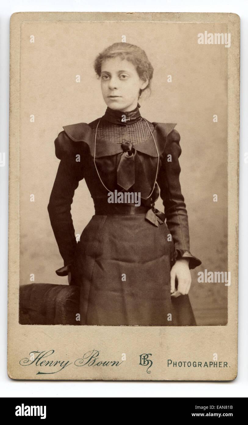 Viktorianische Carte De Visite Portrat Einer Jungen Frau Aufgenommen Im Studio Von Henry Bown London UK Ca 1896