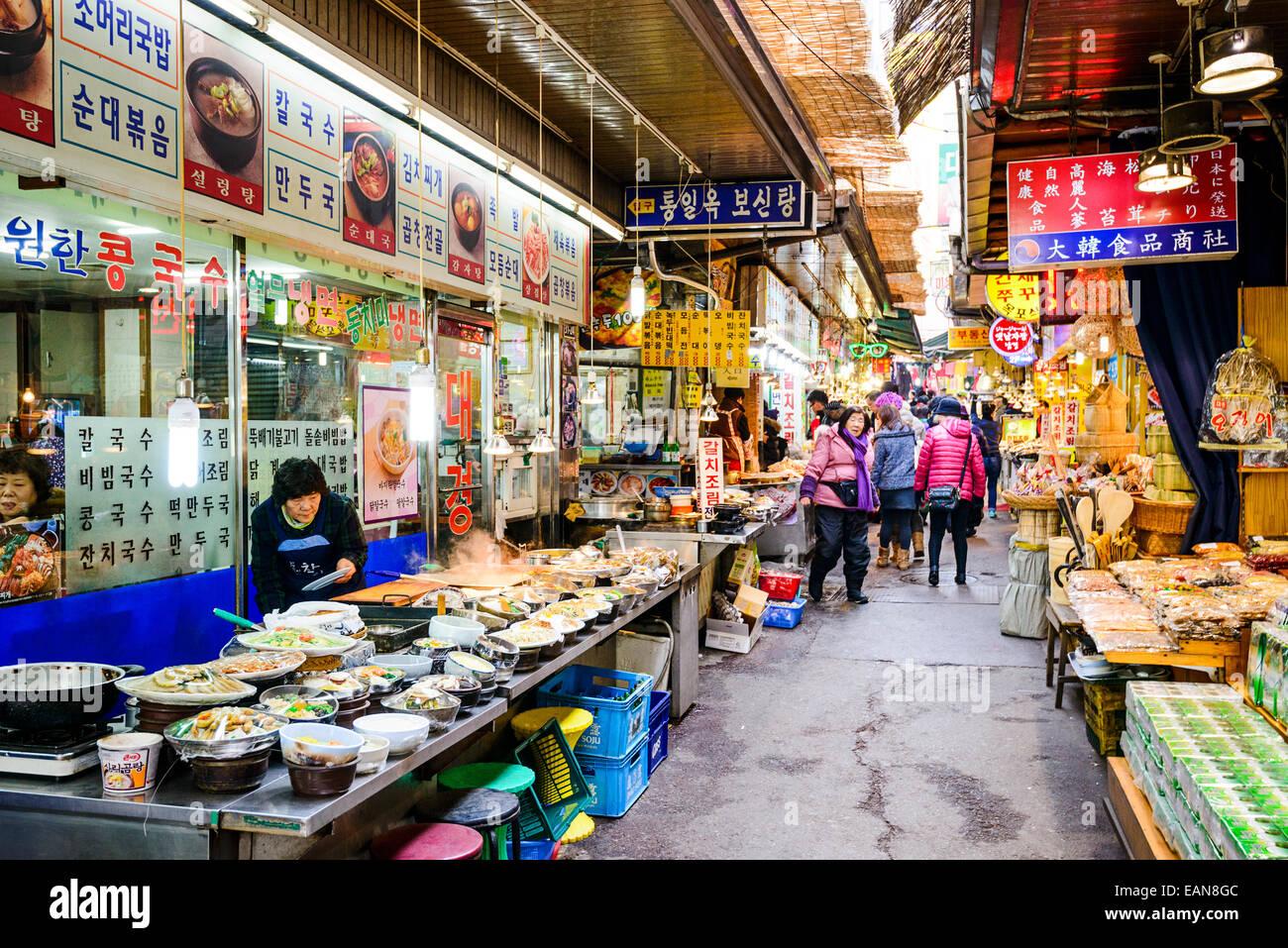 Shopper durchlaufen Dongdaemun Markt. Der Markt ist ein beliebtes Ziel für Einkaufsmöglichkeiten und Sehenswürdigkeiten. Stockbild