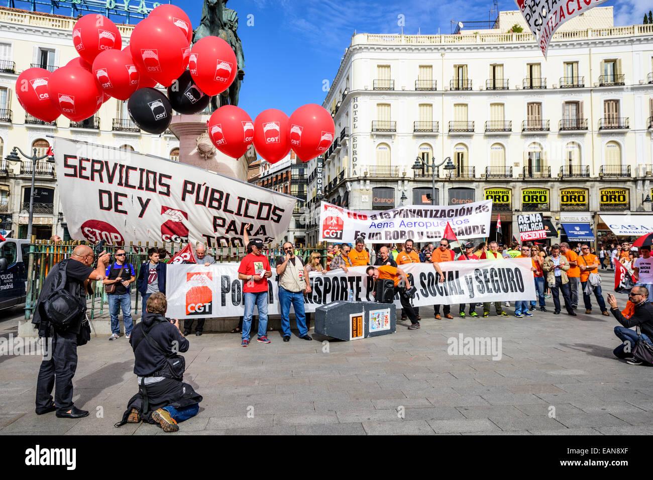 Andrang an der Puerta del Sol Plaza protestieren die Privatisierung der staatlichen Flughafenbetreiber Aena Aeropuertos. Stockbild