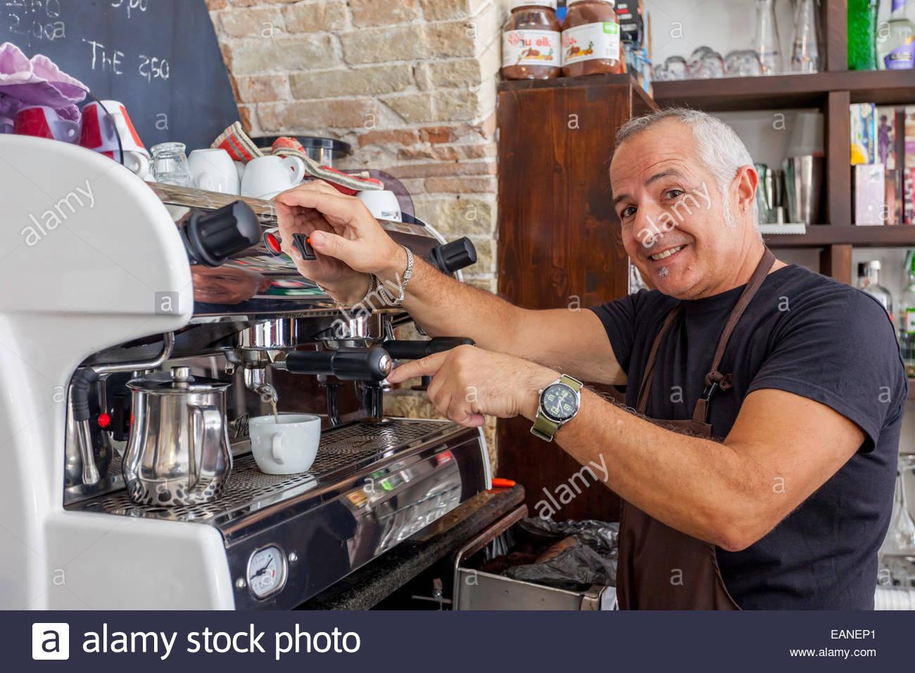 Kellner warten an Espresso-Maschine in einem alten Café in Cagliari, Sardinien, Italien Stockbild