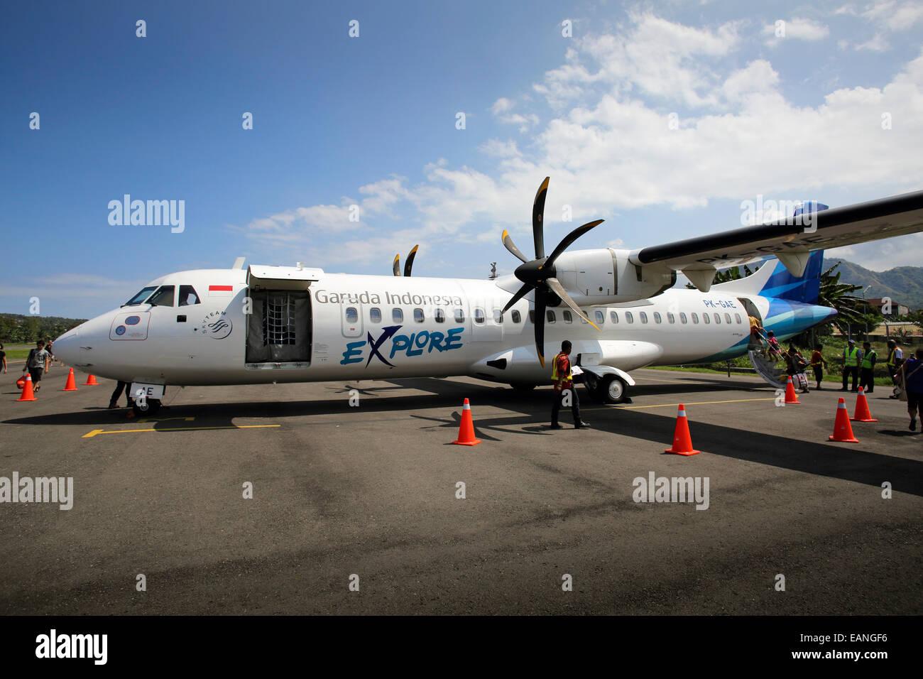 Garuda Indonesia-Propeller-Flugzeug auf dem Rollfeld am Flughafen Labuan Bajo auf der Insel Flores, Indonesien Stockbild