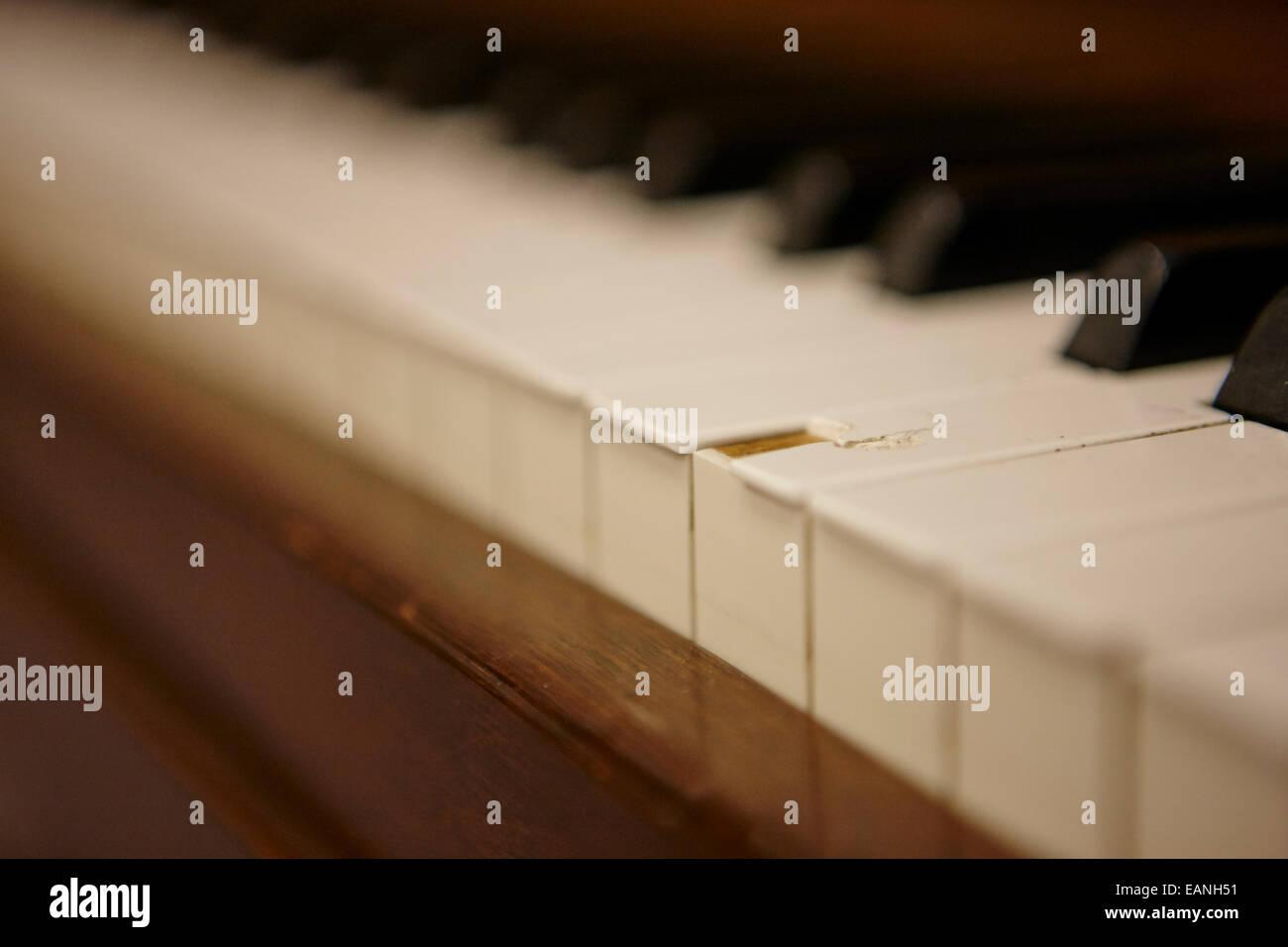 abgebrochene Schlüssel auf einem Stutzflügel Klavier in ein Musik-Übungsraum Stockfoto